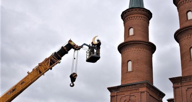 В Уфе на Хакимовской мечети торжественно установили полумесяцы