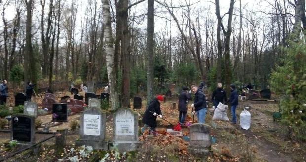 Татары и башкиры Латвии провели субботник на мусульманских кладбищах Риги