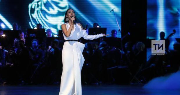 Певица Алсу поблагодарила Минниханова за объединение татар со всего мира