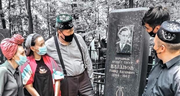 «Үлгәннәрнең каберен бел» – «Ваһаповчылар» татарның олуг шәхесләренең каберләрен зиярат кылды
