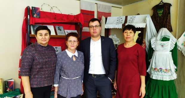 «Штаб татар» подарил 100 книг татарской библиотеке Ижевска