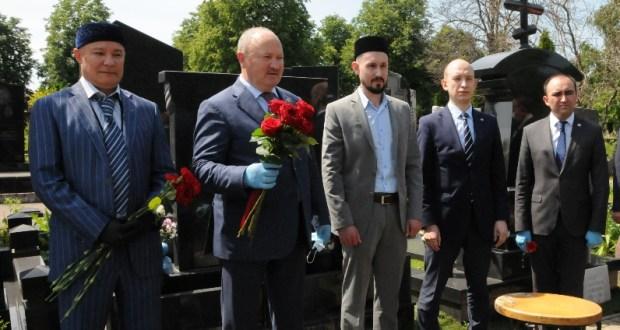 В Москве возложили цветы к памятнику дирижера Фуата Мансурова