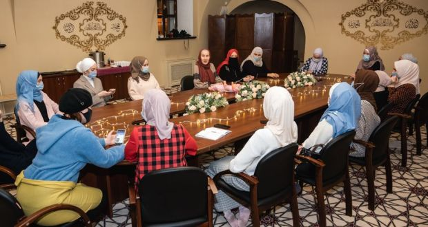 """Muslim women were told about Tatar-Muslim traditions and taught to sing lullabies at the Muslim Religious  Board  of Tatartsan   December  04, 2020   The final lesson this season was held within the framework of the Yash Kilen project implemented by Religious Board   of Muslims of the Republic of Tatarstan in order to strengthen family values among Muslim youth. This project raises various issues related to marriage from the point of view of Sharia and Tatar national traditions. The last lesson was devoted to the discussion of Tatar-Muslim customs. The meeting was also broadcast live on the closed account of the Yash Kilen project on the Internet, since not only Muslim women from Kazan, but also Tatar girls from regions such as Moscow, Ufa, Penza, Chelyabinsk – about forty young Muslim women took part.  The meeting noted  connection between the national traditions of the Tatar people and the Islamic religion, as well as the important role of traditions in the preservation of Sharia. In this regard, Aigul Biktimirova, head of the social department of the Religious  Department of Muslims of the Republic of Tatarstan, noted marked  the outstanding Tatar theologian Shigabutdin Mardzhani said: """"There are no three things in religion, but they preserve religion. This is the national mother tongue, national dress and national traditions """". The meeting, held in a warm atmosphere, focused on Tatar customs associated with the emergence of a new life – a child. The future young daughters-in-law listened with great interest to everything new, from time to time and themselves entering into a conversation.  """"We must pass on our traditions to our children. Let's educate our children on the values of Islam, relying on our national customs, """"Aigul Aliyeva called on young Muslim women. During the conversation, together with moderator,  they were looking for an answer to the question """"When to start raising a child?"""" The answers were different, but the conclusion was unanimous: with the"""