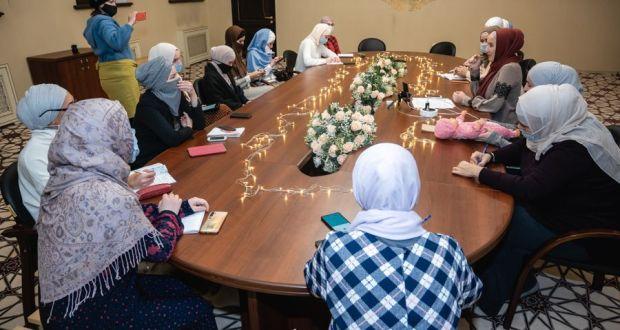 В ДУМ РТ молодым мусульманкам рассказали о татарско-мусульманских традициях и научили петь колыбельные песни