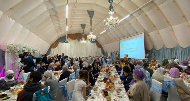 В шатре фонда «Ярдэм» прошёл благотворительный обед в честь декады инвалидов