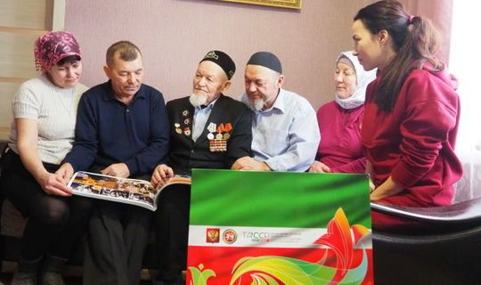 Долгожителю Нурлатского района подарили юбилейное издание к 100-летию ТАССР