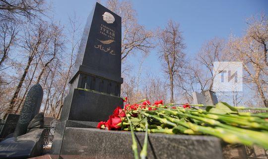 Поэты и писатели РТ возложили цветы к могиле Тукая в Казани