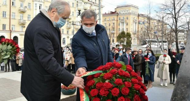 Рустам Минниханов и Минтимер Шаймиев возложили цветы к памятнику Тукая в Казани в день рождения поэта