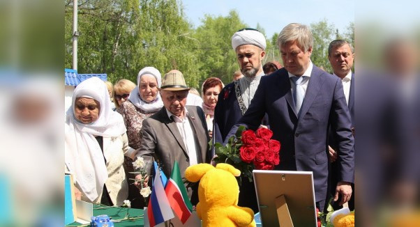 У Центра татарской культуры в Ульяновске сделали мемориал в память о жертвах трагедии в Казани