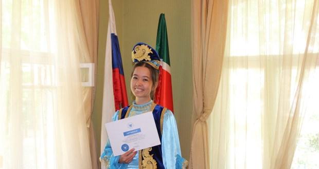 В Екатеринбурге вручили сертификаты КФУ об окончании курсов татарского языка