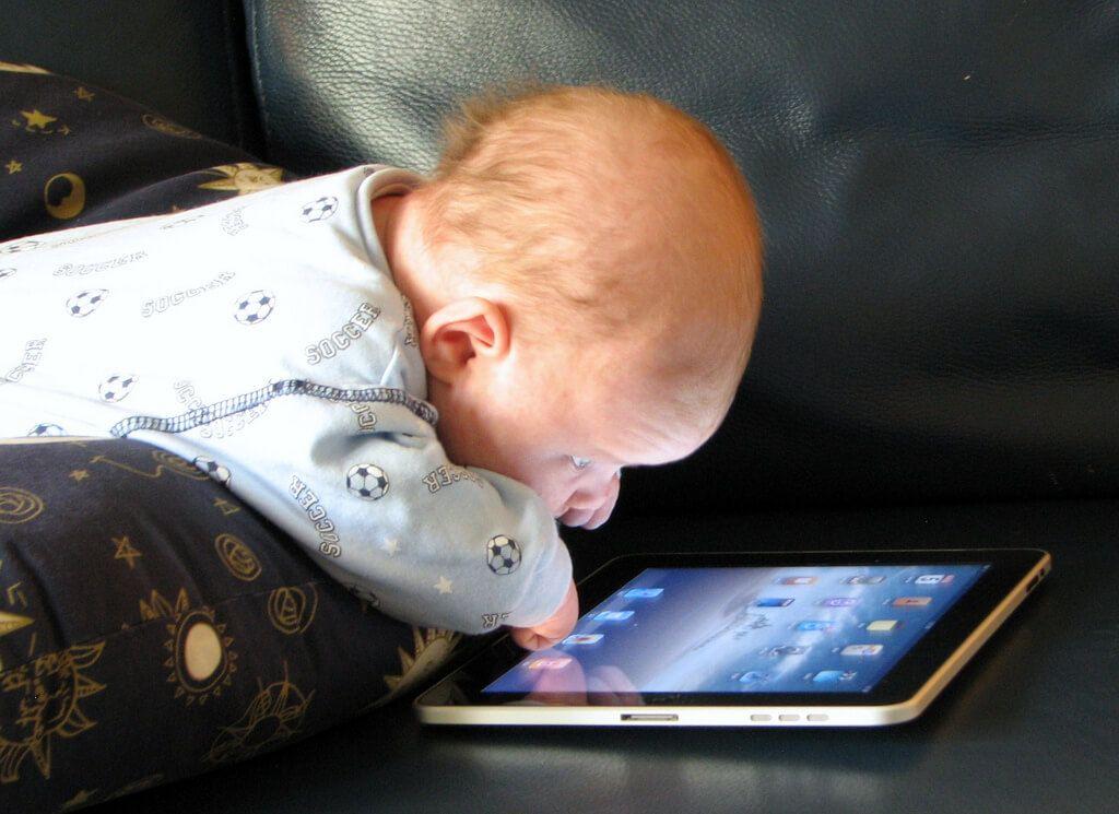 niemowlak patrzy na tablet