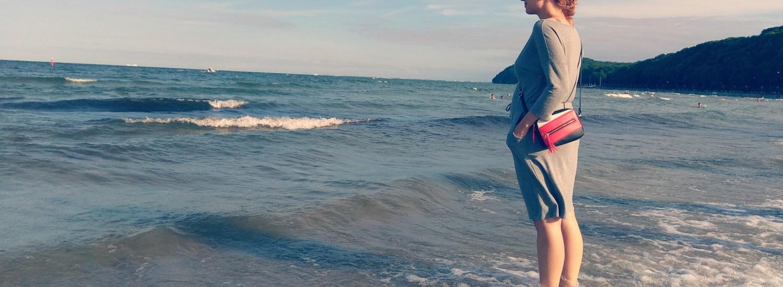 Mama stojąca w morzu