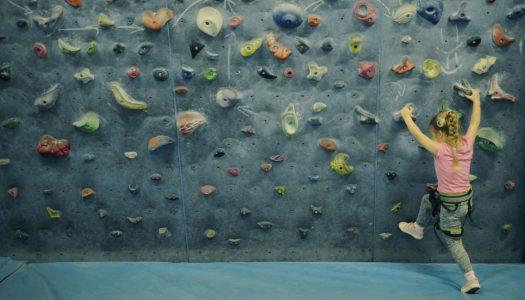 Dziecko na ściance wspinaczkowej | Niedaleko pada jabłko od jabłoni