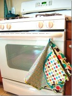 "Guest Tutorial — Make a ""Helping Hand"" {all-in-one apron/dishtowel/double-handed hot pad apparatus}"