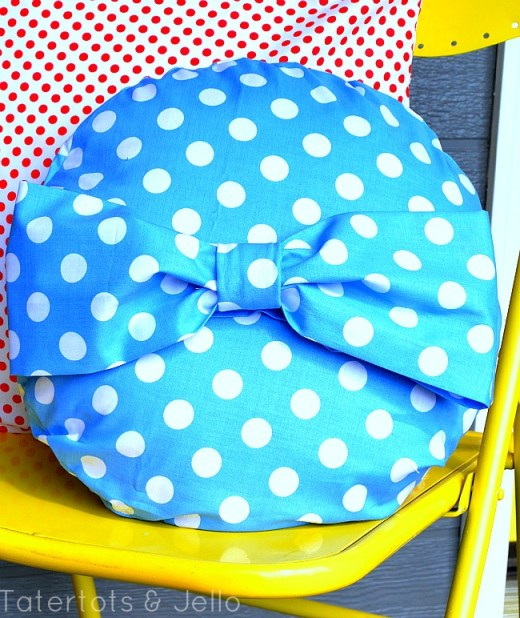 round bow pillow for the fourth from tatertots and jello