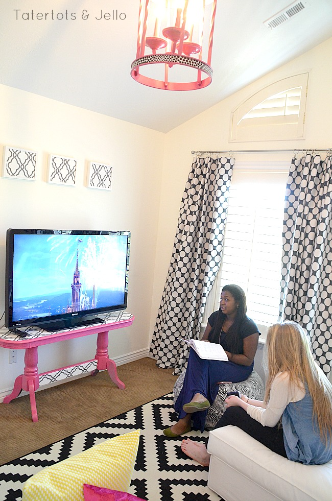 Teen tween hangout room reveal inawaverlyworld for Pictures to hang in room
