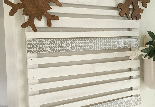Snowflake Pallet Card Display with Duck Tape!