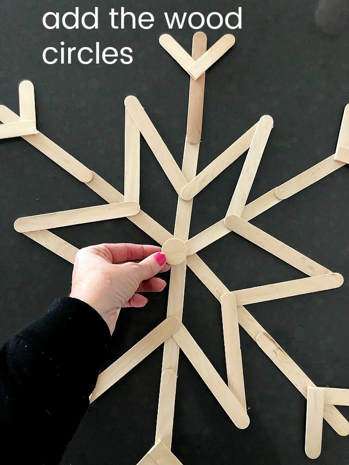 Comment faire une couronne de flocon de neige popsicle facile.  Attrapez vos enfants et fabriquez des flocons de neige géants.  C'est si facile et le moyen idéal de décorer pour l'hiver!