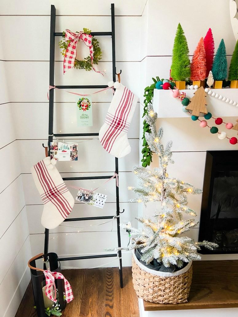 Échelle d'affichage de carte de vacances de bricolage.  Construisez cette échelle simple pour afficher des cartes et des bas cette saison des fêtes!