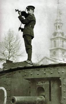 Un soldato suona il violino su di un carrarmato a Trafalgar Square nel 1917.
