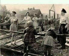 Una classe di balletto si esercita tra le macerie di un villaggio russo durante la seconda guerra mondiale.