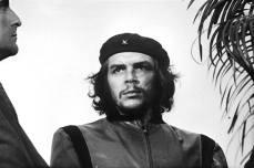 Guerrillero Heroico, di Alberto Díaz Gutiérrez, meglio noto come Alberto Korda. Scattata il 5 marzo 1960 a L'Avana, questa è la fotografia intera in cui è possibile vedere alcune foglie di palma e un secondo uomo di fianco a Che Guevara.