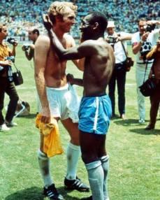 Pelè e Bobby Moore capitano inglese nel 1970 si scambiano le maglie come un segno di rispetto reciproco durante la Coppa del Mondo caratterizzata da episodi di razzismo.