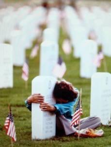 Cimitero Denver's Fort Logan Denver (Colorado) nel 1983. La signora Dorris Fielder mentre abbraccia la tomba di suo marito, veterano dell'Air Force che prese parte a Seconda Guerra Mondiale, Guerra di Corea e Guerra del Vietnam.