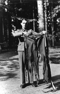 Soldato tedesco che mantiene i pantaloni indossati da Adolf Hitler durante il famoso attentato del 20 luglio 1944.
