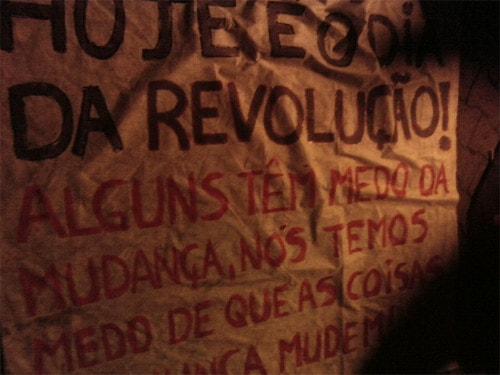 Hoje é o dia da revolução! Alguns têm medo da mudança, nós temos medo de que as coisas nunca mudem.
