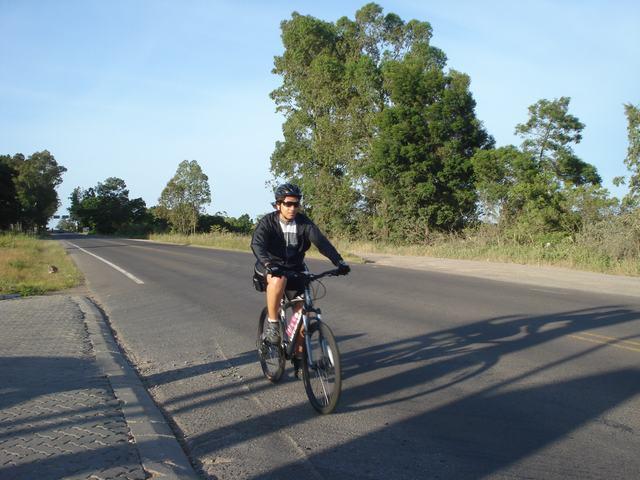 Nos primeiros quilômetros, pedalando no friozinho da manhã. Foto: Wagner Bernardi