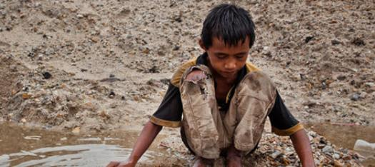 Criança trabalhando na extração de metais. Imagem do blog Outras Palavras.