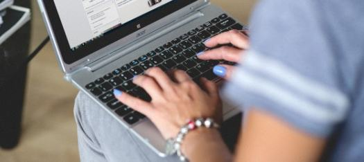 woman-typing-on-computer