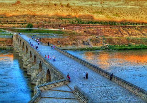 Dicle nehri üzerindeki on gözlü köprünün gazi köşkünden görünümü