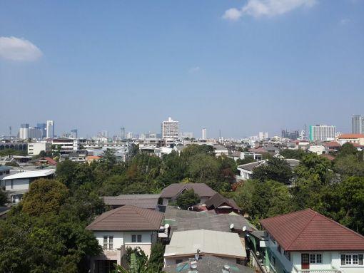 Otelimizin penceresinden Bangkok manzarası.