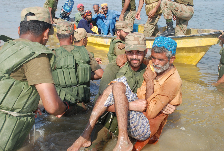 Pakistan ordusu yardımcıları sel kurbanları