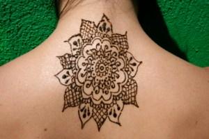 Tatouage nuque fleur