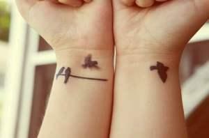 Quelques modèles de jolis tatouages au poignet pour femme – les oiseaux