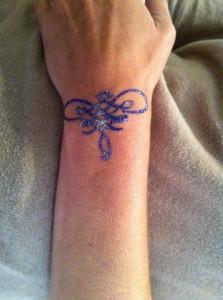 Se faire un tatouage éphémère au poignet à l'aide de colle et de paillettes