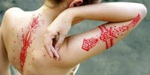 Le tatouage à l'encre rouge