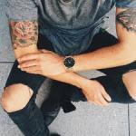 Ce que dit la loi sur le tatouage au travail
