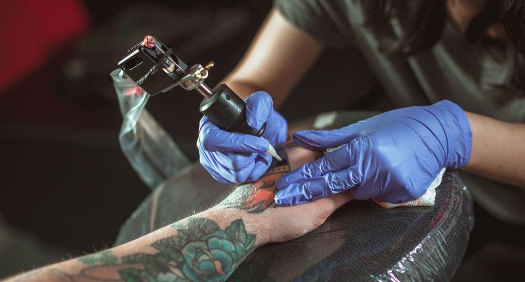 Ga bij voorkeur terug naar de artiest waar je je tattoo hebt laten zetten.