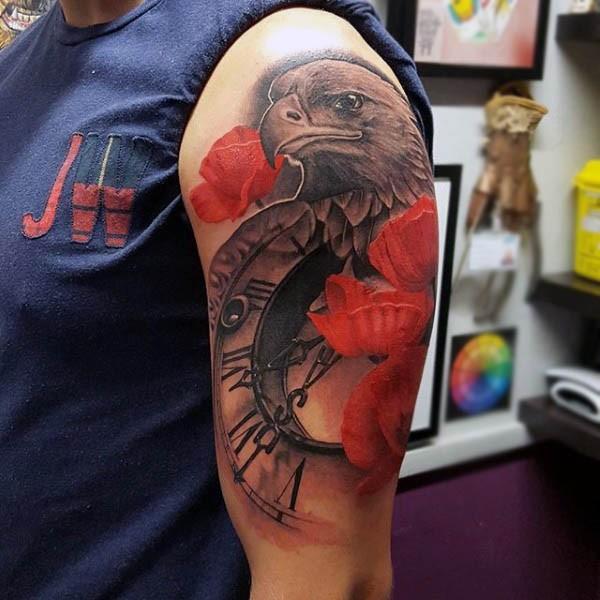 Tatuaje En El Brazo águila Linda Con Reloj Anciano Y Flores Rojas