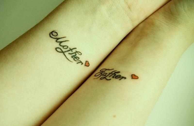 Tatuaje En Las Muñecas Mamá Y Papá Frases Con Corazones Diminutos