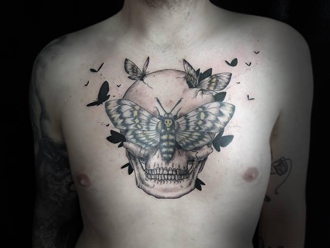 Tatuaje Negro Blanco En El Pecho Cráneo Humano Con Polilla Y