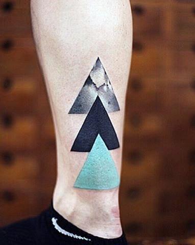 Tatuaje En La Pierna Tres Triangulos Simples De Varios Colores