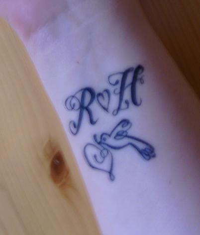 Tatuaje De Iniciales Un Corazón Y Un Pajaro Tattooimagesbiz