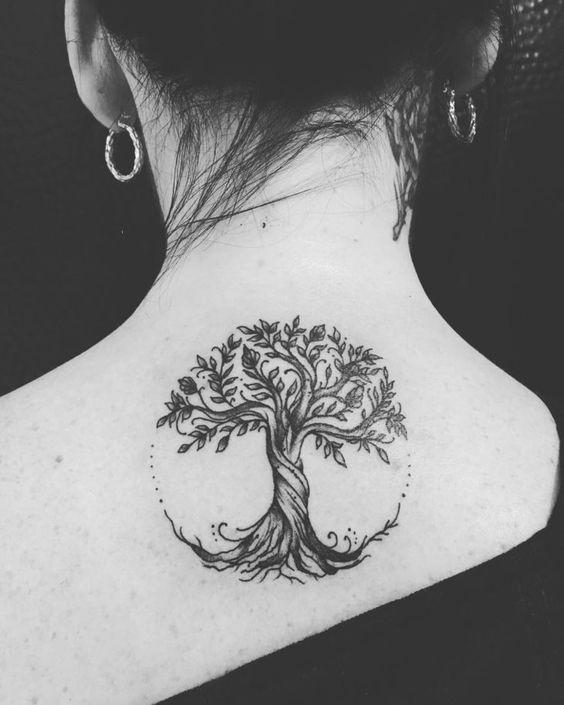 Femme tatouée sur le dos près de la nuque