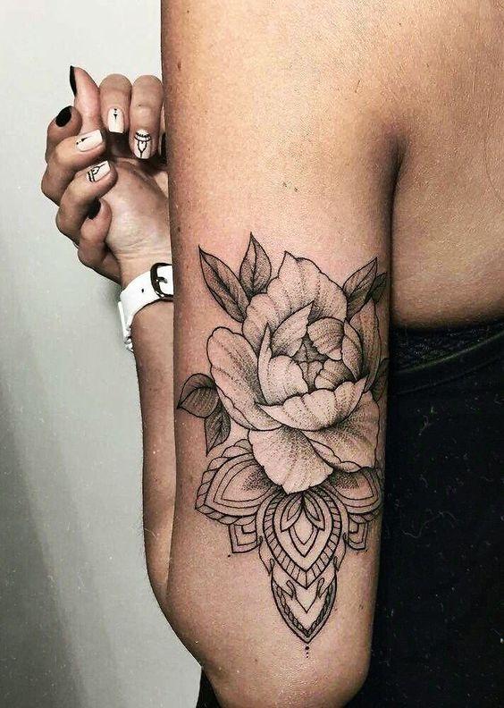 Mandala floral sur le bras