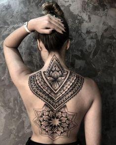 Un grand tatouage non coloré sur le dos